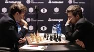 Zweite Runde der Schach-WM: Titelverteidiger Carlsen (rechts) gegen Herausforderer Karjakin