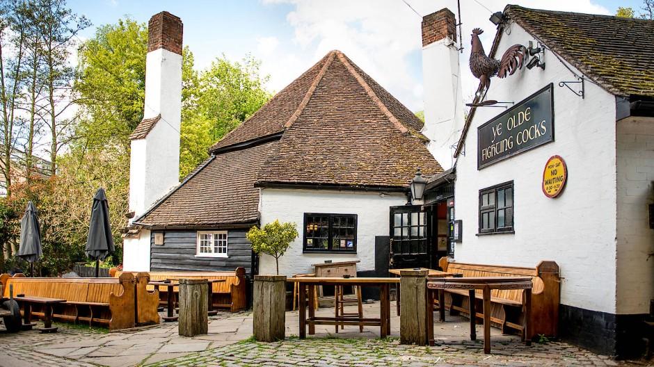 Ye Olde Fighting Cock in St. Albans nördlich von London gilt als ältester Pub der Insel.