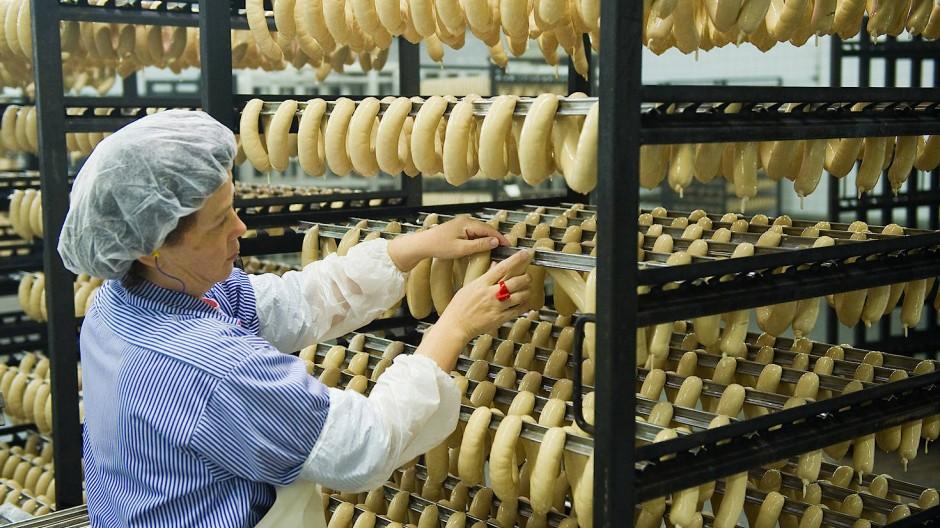 Extrawurst für Wursthersteller: Mit Zustimmung der Gewerkschaft dürften diese Betriebe in der Grillsaison noch bis zum Jahr 2023 auch Zeitarbeiter einsetzen.