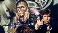 """Was davor geschah: Harrison Ford als Han Solo mit seinem Kampfgefährten Chewbacca in der ersten """"Star Wars""""-Episode"""