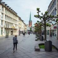Nicht viel los in dieser Einkaufsstraße in der Lübecker Innenstadt.