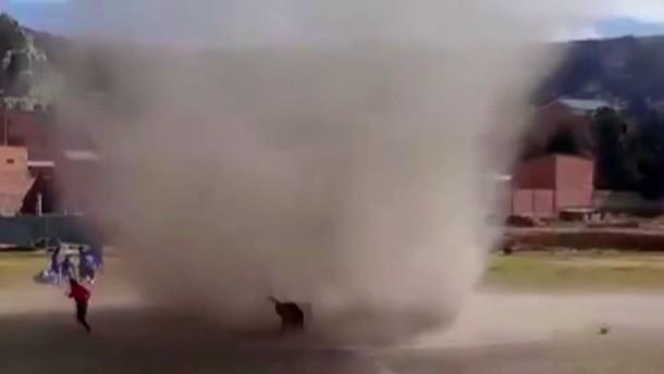 Windhose wirbelt über Fußballplatz