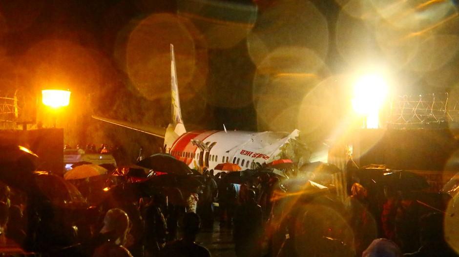 Verunglückte Maschine auf dem Flughafen Karipur in Süd-Indien