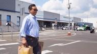 Shopper: Yu Tao Chou, Bevollmächtigter der Shanghai Yiqian Trading Company Ltd., am Montag beim Einkauf auf dem Flughafen Hahn im Hunsrück
