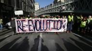 Was mit den Protesten gegen die Öko-Steuer auf Benzin und Diesel begonnen hat, ist längst zu Protesten gegen die gesamte Macron-Regierung geworden. Einige Gelbwesten fordern den Sturz des französischen Präsidenten Emmanuel Macron.