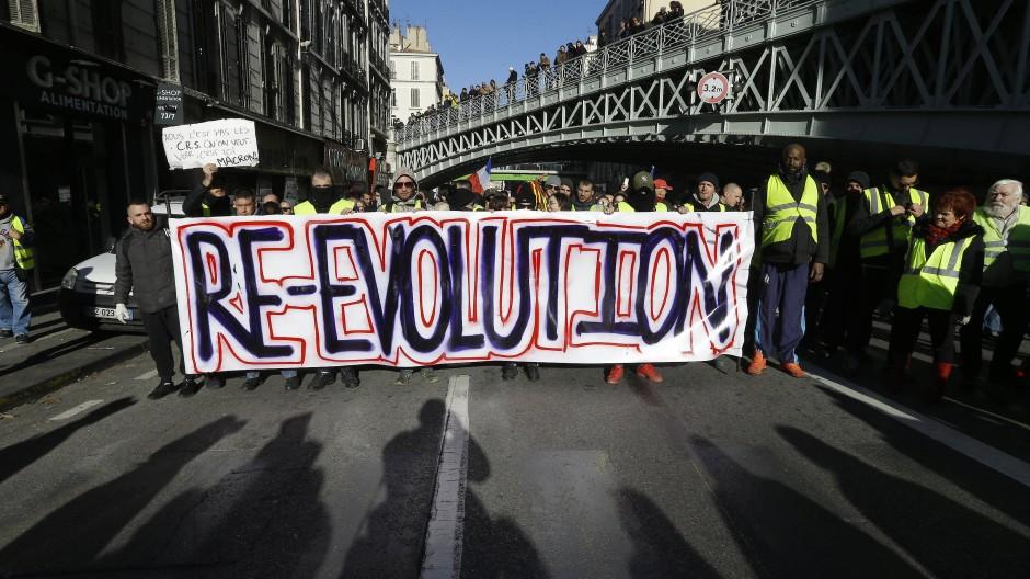 """Was mit den Protesten gegen die Öko-Steuer auf Benzin und Diesel begonnen hat, ist längst zu Protesten gegen die gesamte Macron-Regierung geworden. Einige """"Gelbwesten"""" fordern den Sturz des französischen Präsidenten Emmanuel Macron."""