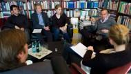 """""""Ich rede als Sohn zu meinem Vater"""": Nico Hofmann im Gespräch mit Maximilian Krämer, Morten Freidel, Hannah Lühmann, Katharina Rudolph und Jan Wiele"""