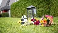 Blumen liegen nach dem Familiendrama mit drei Toten in Villingendorf vor dem Tatort.