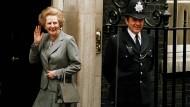 """Margaret Thatcher prägte das Verb """"to handbag"""", ein Synonym für rücksichtslose politische Machtausübung."""