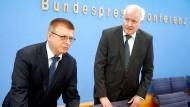 Klartext: Verfassungsschutzpräsident Haldenwang und Bundesinnenminister Seehofer am Donnerstag in Berlin