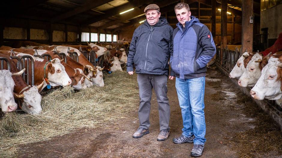Jede Kuh hat einen Namen: Oswald Henkel und sein Sohn Josef im Stall auf ihrem Hof in der Rhön.