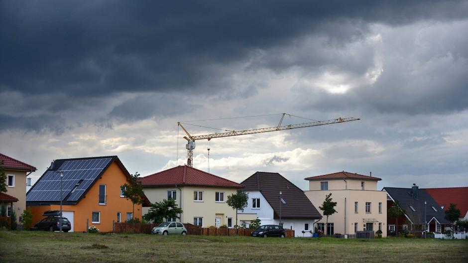Ein Haus bauen und von der Bank für den Kredit noch Geld geschenkt bekommen, statt Zinsen zu zahlen – das ist die nette Idee von negativen Bauzinsen.