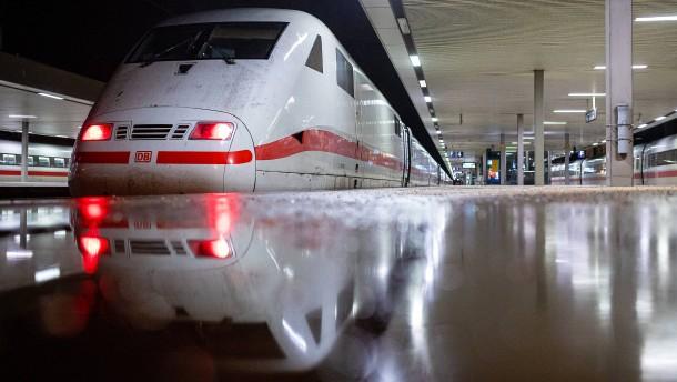 """Sabine"" legt Fernverkehr der Bahn lahm"