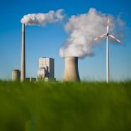 Das Kohlekraftwerk Mehrum und Windräder produzieren Strom in Hohenhameln im Landkreis Peine.