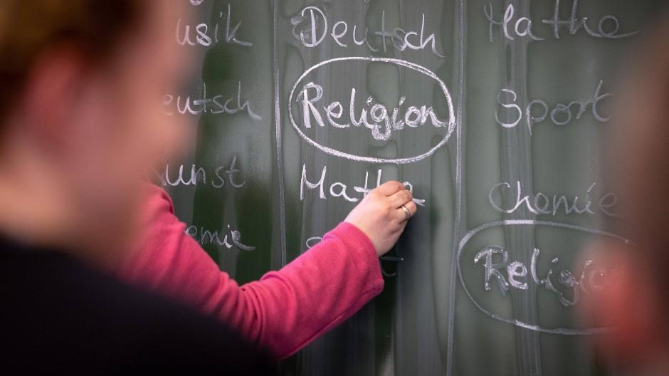 Die evangelische und die katholische Kirche in Bayern haben zusammen vier Modelle eines temporär kooperativen Religionsunterrichts entwickelt. Weit verbreitet sind sie bislang aber offenbar nicht.