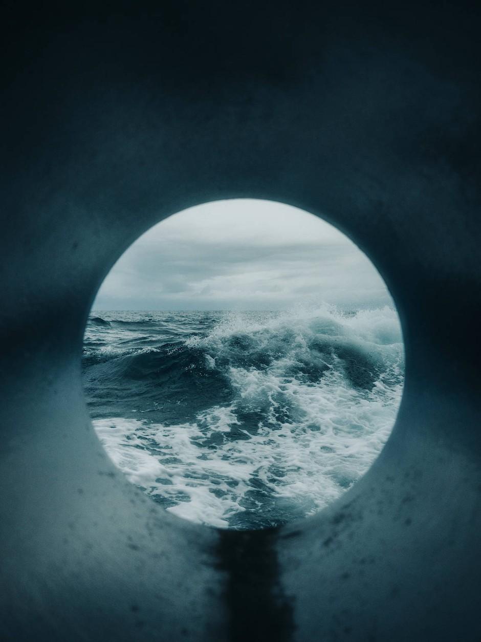 """""""Melting Point"""" - Der Fotograf Jan Richard Heinicke begleitete ein Team von Meeresforscher/-innen, das im Juli 2019 mit dem deutschen Forschungsschiff Maria S. Merian in Neufundland zu einer dreiwöchigen Expedition entlang der Ostküste Grönlands aufbrach, um den Meeresspiegelanstieg vorhersagen zu können und die Folgen des Klimawandels zu untersuchen."""