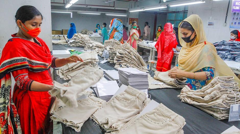Arbeiterinnen in einer Textilfabrik in Bangladesch