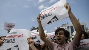 """""""Cumhuriyet""""-Mitarbeiter bleiben in Haft"""