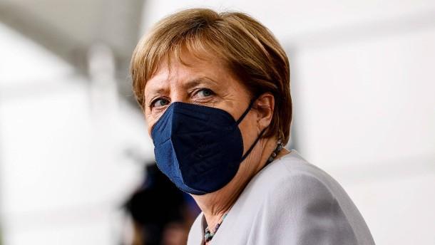 Merkel blickt besorgt auf EM-Spiele in London