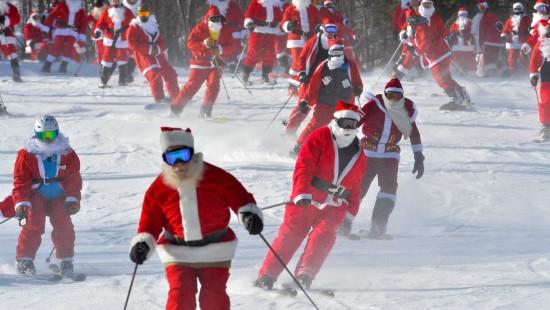 Hunderte Weihnachtsmänner auf der Piste