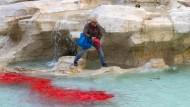 Farbanschlag auf Trevi-Brunnen in Rom