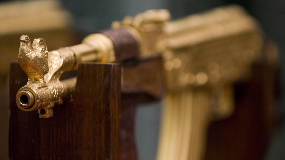 """Beliebtes Motiv auf """"Narco Tiktok"""": vergoldete Waffen wie diese Maschinenpistole"""