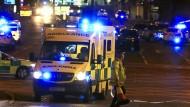 Arbeiten gegen die Zeit: Unermüdlich sind Rettungskräfte nach dem Anschlag im Einsatz