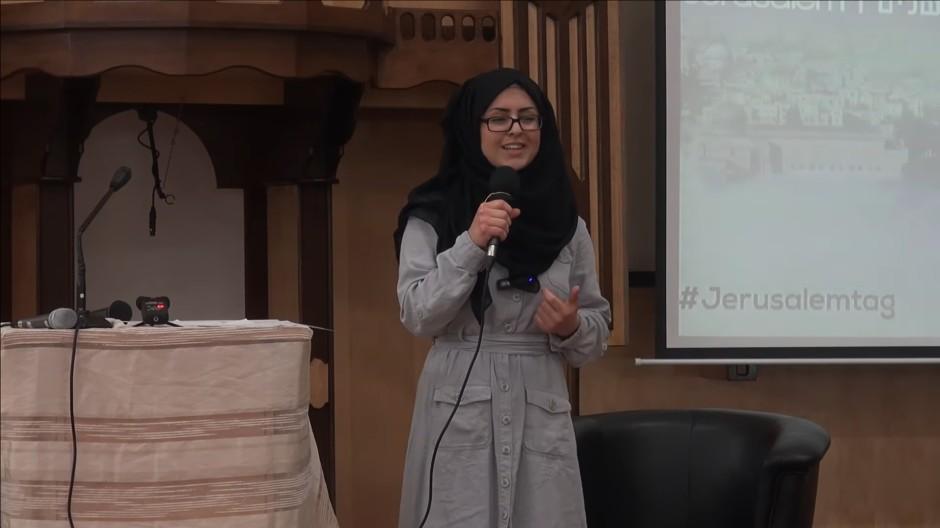 """Feyza-Yasmin Ayhan bei ihrem Auftritt auf einer Veranstaltung der Organisation """"Deutsche Jugend für Palästina"""" am Jerusalemtag 2015."""