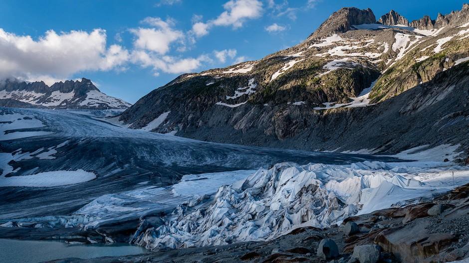 Auf dem Rückzug: Obwohl im vergangenen Winter extrem viel Schnee gefallen ist, schrumpft nach Erkenntnissen Schweizer Wissenschaftler auch der Rhonegletscher weiter.