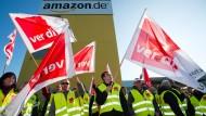 So geht das schon seit Jahren: Streikende Amazon-Beschäftigte in Leipzig, hier im Oktober 2014.