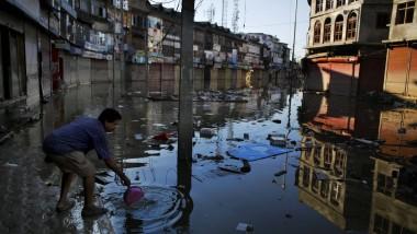 Noch immer stehen Teile von Srinagar unter Wasser.