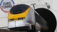 Nur mehr ein Eurostar verkehrt täglich in jede Richtung zwischen Paris und London.