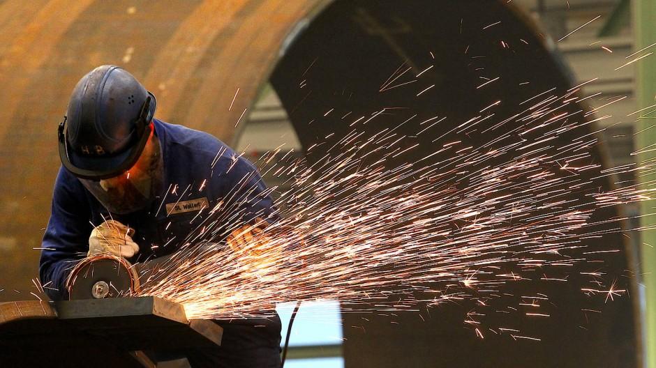 Ökonomen erwarten, dass die Industrie ihre Produktion wieder drosselt - allerdings nicht so stark wie im Frühjahr.