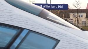 Lokführer rauscht an Wittenberg vorbei