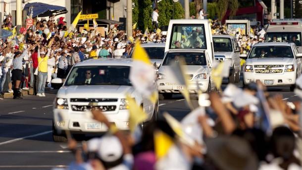 Papst  verspricht Hilfe im Kampf gegen Drogen