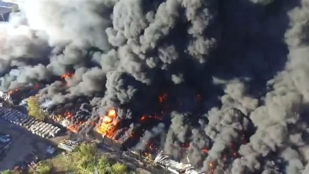 Drohnenbilder zeigen spektakulären Brand in West Virginia
