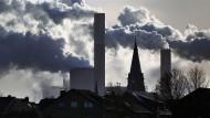Noch zeitgemäß? Rauch und Dampf steigen aus den Kühltürmen und Schornsteinen eines Braunkohlekraftwerks.