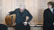 Der Heilpraktiker Klaus R. und Anwältin Ursula Bissa stehen vor dem Beginn seines Prozesses in einem Saal des Landgerichts Krefeld.