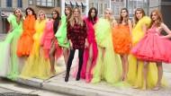 """Heidi Klum und ihre """"Mädchen"""" aus der 14. Staffel von """"Germany's Next Topmodel""""."""