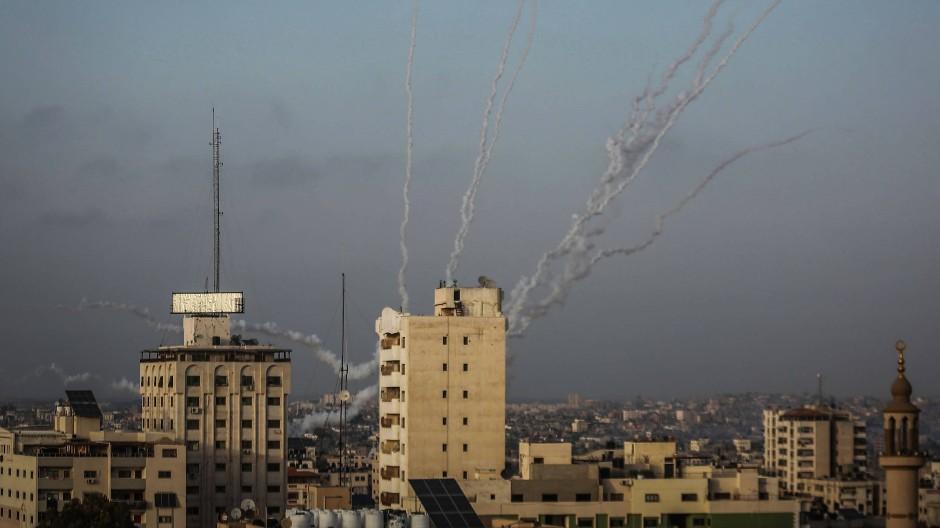 Raketen werden von der islamistischen Hamas aus Gaza-Stadt in Richtung Israel abgefeuert.