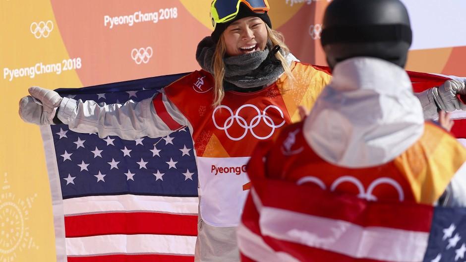 Die Amerikanerin Chloe Kim feiert ihren Sieg.