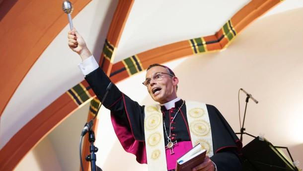 """""""Koselburg""""  - Bischof Franz-Peter Tebartz-van Elst weiht in Gegenwart von Stadtdekan Johannes zu Eltz die neue Einrichtung  (Kita und Behinderten-Wohnungen) ein."""