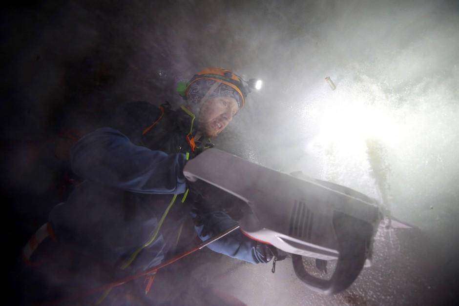 Ein Wissenschaftler schneidet Eisbrocken aus dem Schaufelferner Gletscher im Stubaital.