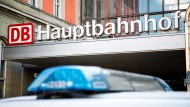 Nach dem Messerangriff auf einen Polizisten in München ist der Tatverdächtige in einer geschlossenen Psychiatrie untergebracht worden.