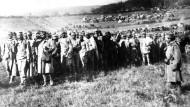 Serbische Soldaten haben ein österreichisches Bataillon gefangengenommen, die in Serbien einmarschiert sind. Undatierte Aufnahme.