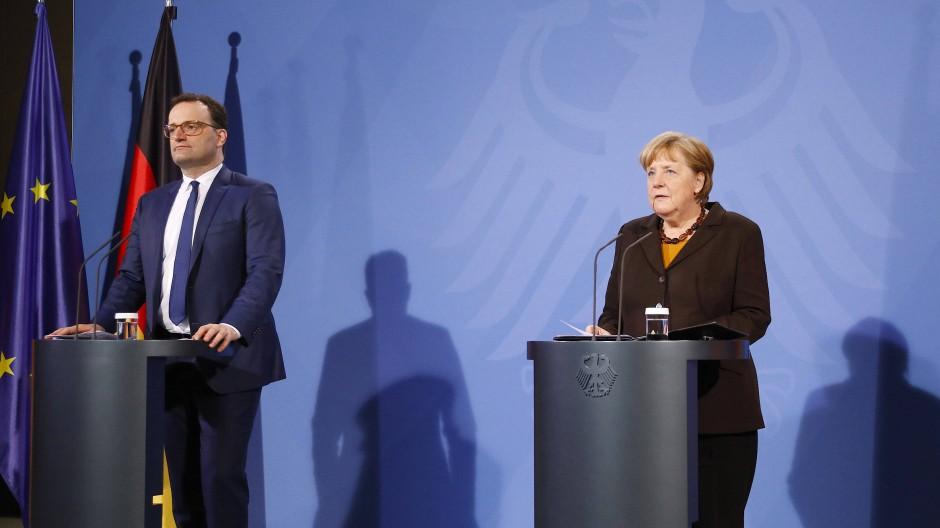 Gesundheitsminister Jens Spahn und Kanzlerin Angela Merkel nach den Beratungen von Bund und Ländern zum Astra-Zeneca-Impfstoff