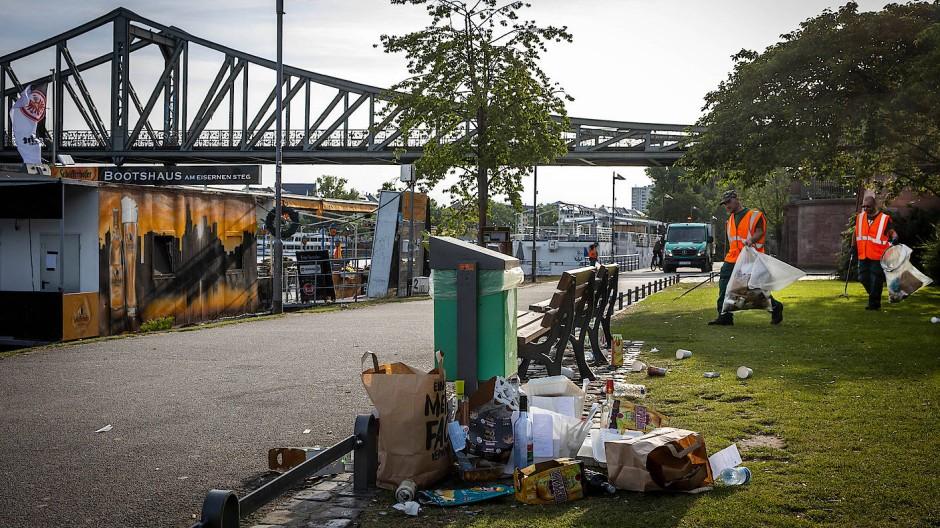 Überfüllte Mülleimer am Mainufer in Frankfurt.