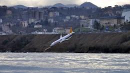 Flugzeug stoppt kurz vor dem Meer