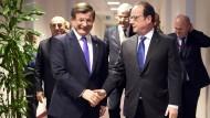Der französische Präsident, François Hollande (rechts), und der türkische Ministerpräsident, Ahmet Davutoglu, während des Gipfels