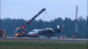 Flugzeug mit Pink-Crew fängt bei Landeanflug Feuer